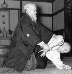 O Sensei Morihei Ueshiba und Meister Nocquet - Ikkyo